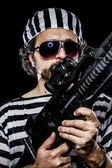 Man holding a machine gun — ストック写真