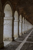 Old corridor with columns. — Foto Stock