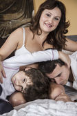 Familie mit schwangere Mutter — Stockfoto