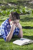 Młody chłopiec czytanie książki — Zdjęcie stockowe