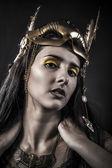 Femme au masque d'or — Photo