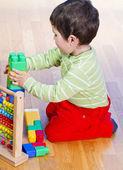 Niño jugando con bloques de plástico — Foto de Stock
