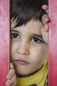 Bir parkta hüzünlü çocuk — Stok fotoğraf