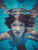 Adolescente submarina, buceo en una piscina — Foto Stock