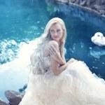 garota em um vestido branco em um fundo do lago com um cisne — Foto Stock #14050481