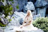 岩でポーズ美しい少女 — ストック写真