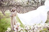 Linda loira no jardim de flor — Fotografia Stock
