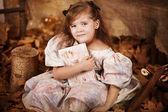 Lilla flickan läsa en bok i höst lämnar — Stockfoto