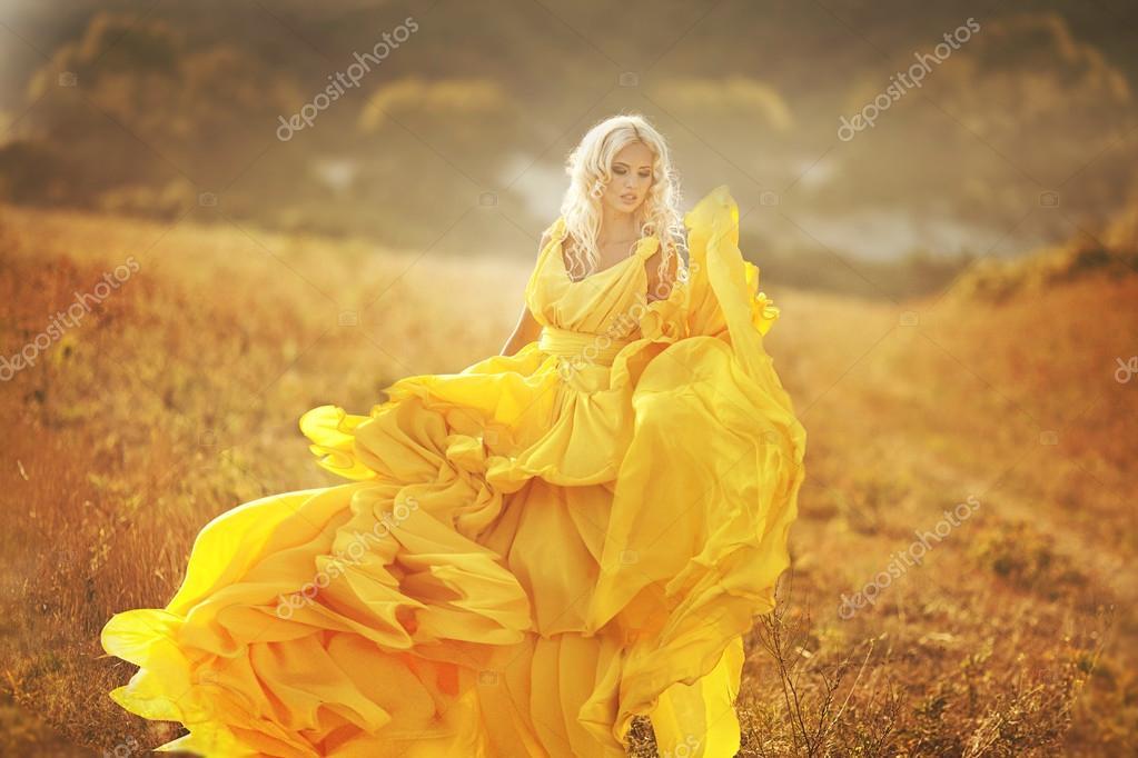 Девушка в желтом платье фото