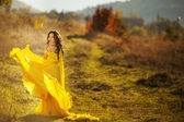 Belle fille dans une robe jaune air — Photo