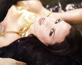 красивая женщина в черном купальнике лежит на полу — Стоковое фото