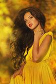 Menina linda em um vestido amarelo na floresta — Fotografia Stock