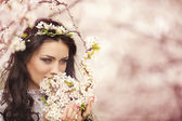 Beautiful woman in cherry blossom park — Stock Photo