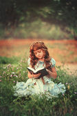 Piccolo libro di lettura ragazza — Foto Stock