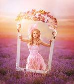 Lavanta çayır çerçeve çiçek ile kadın — Stok fotoğraf
