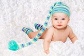 Pasgeboren baby in blauwe gebreide glb — Stockfoto