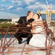 Foto Stock: Kissing couple wedding portrait