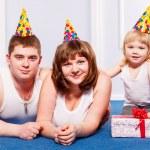 zabawy i szczęśliwy twarze rodziny — Zdjęcie stockowe #22558421