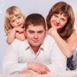 zabawy i szczęśliwy twarze rodziny — Zdjęcie stockowe #22565737