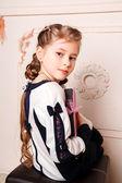 портрет мило улыбается маленькая девочка в платье принцессы — Стоковое фото