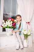 милая маленькая девочка ребенок с весенними цветами, happy baby девушка с корзиной цветов. — Стоковое фото
