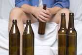 Man with beer bottles — Stockfoto