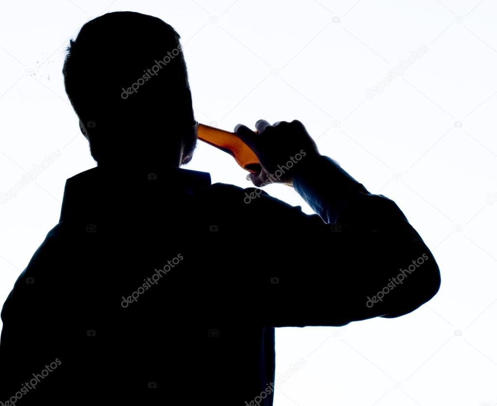 独自喝酒的剪影