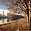 Autumn landscape on the river in Vologda, Russian Orthodox Church — Foto de Stock