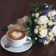 Bridal bouquet of flowers and a cup of coffee with heart, cappuccino — Stok fotoğraf