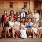 jonge bruid en bruidegom met bruidsmeisjes. bruiloft in een rustieke stijl — Stockfoto