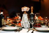 お祝いテーブル設定の結婚式のテーブル、美しいガラスのワインと食品 — ストック写真