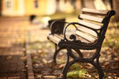 Lavička v podzimním parku — Stock fotografie