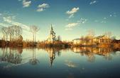 Kościół nad brzegiem rzeki — Zdjęcie stockowe