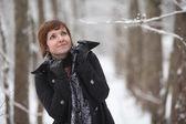 在与雪的冬季森林中的年轻女子。圣诞 — 图库照片