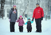 Komplette Familie mit Kindern, Wandern im winter — Stockfoto