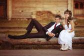 Noiva e noivo em um casamento em estilo rústico — Fotografia Stock