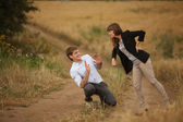 Молодой мужчина и женщина в люблю шутки и весело провести время на открытом воздухе — Стоковое фото