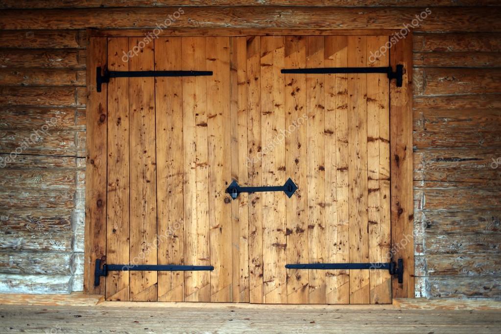 Grande porte en bois dans une maison de campagne ancienne for Meubler une grande porte
