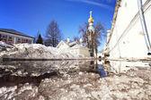 Iglesia contra el cielo azul en primavera — Foto de Stock