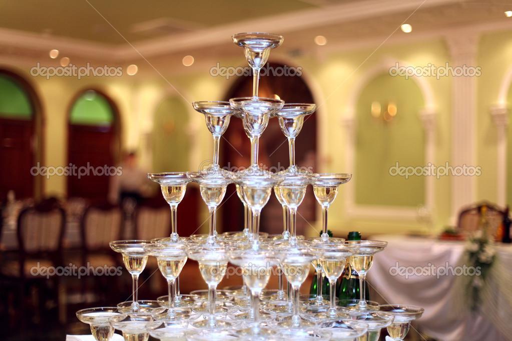 ♕ SPIRIT BRINGERS: EMPYREAN REALM. (SAGA DE DENEB) - Página 4 Depositphotos_28272091-pyramid-of-glasses-of-wine-champagne