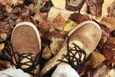Folhas de outono pés sapatos — Fotografia Stock