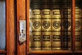 Vecchi libri nell'armadio — Foto Stock