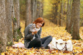 Girl and a cat in the autumn park — Stock Photo