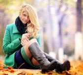 秋の公園で金髪の女性 — ストック写真