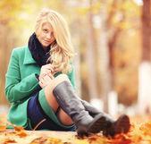 Blond kobieta w parku jesień — Zdjęcie stockowe