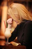 Vrolijk meisje, drinken koffie — Stockfoto