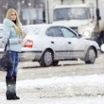Woman walking down the street — Stock Photo