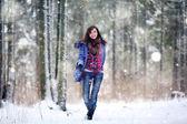 Glad tjej med i skogen — Stockfoto