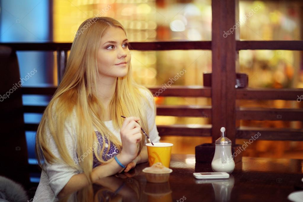 Девушка с чашкой кофе картинка
