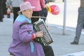 Woman plays accordion — Stock Photo